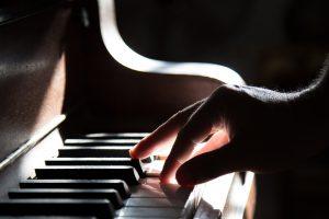 carina-numan-mooimuziek-pianospelen